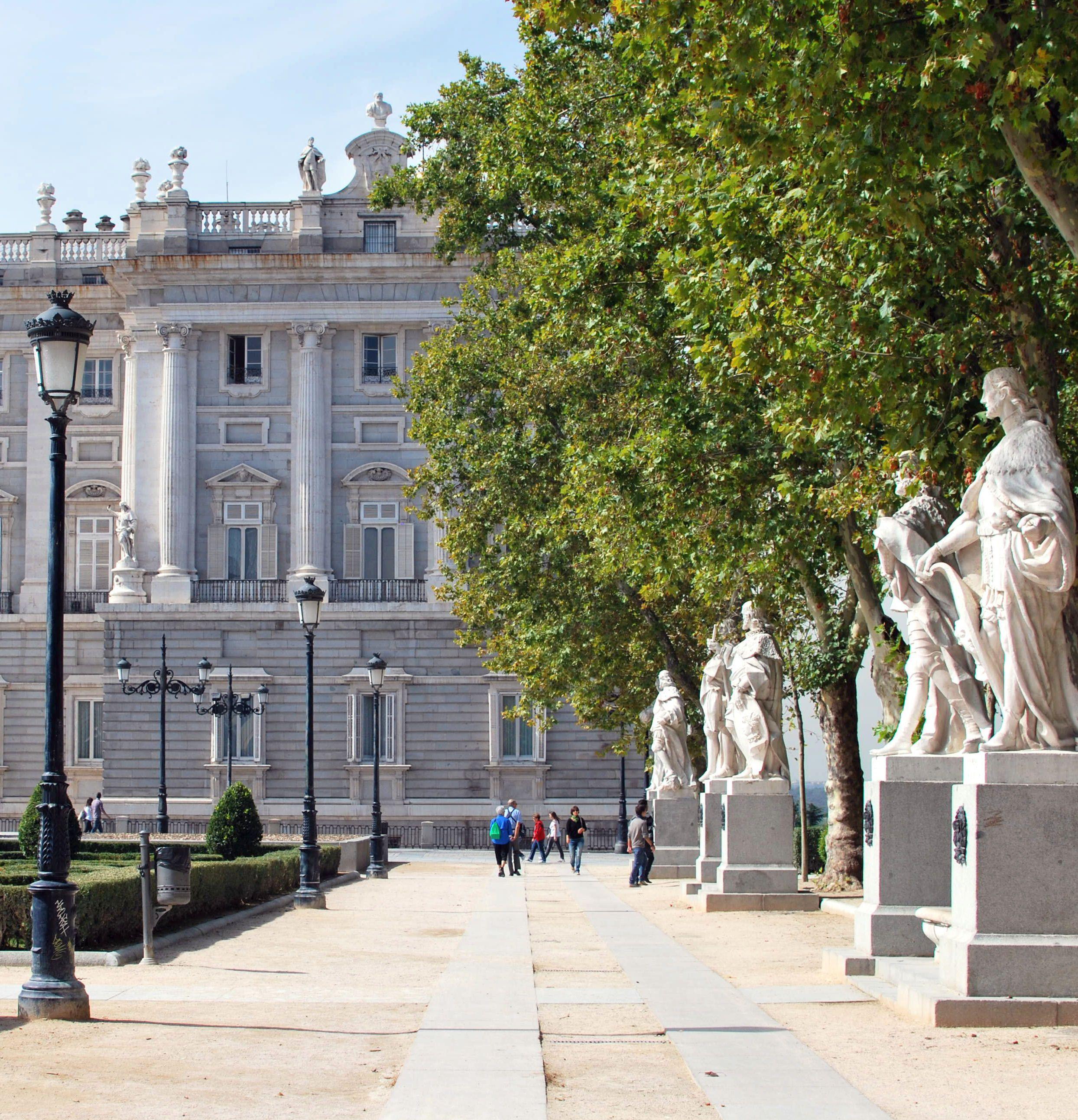 La plaza de oriente situada en el centro hist rico de - Centro historico de madrid ...