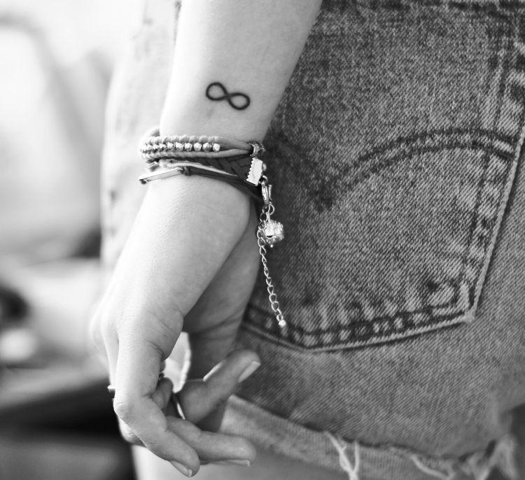 tattoo handgelenk aussen unendlichkeit zeichen frau. Black Bedroom Furniture Sets. Home Design Ideas