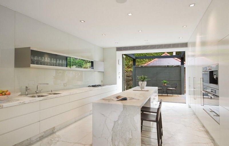 Moderne Kuche Mit Kochinsel Und Bodenbelag Aus Marmor Marmorboden Marmorfliesen Moderne Bodenbelage