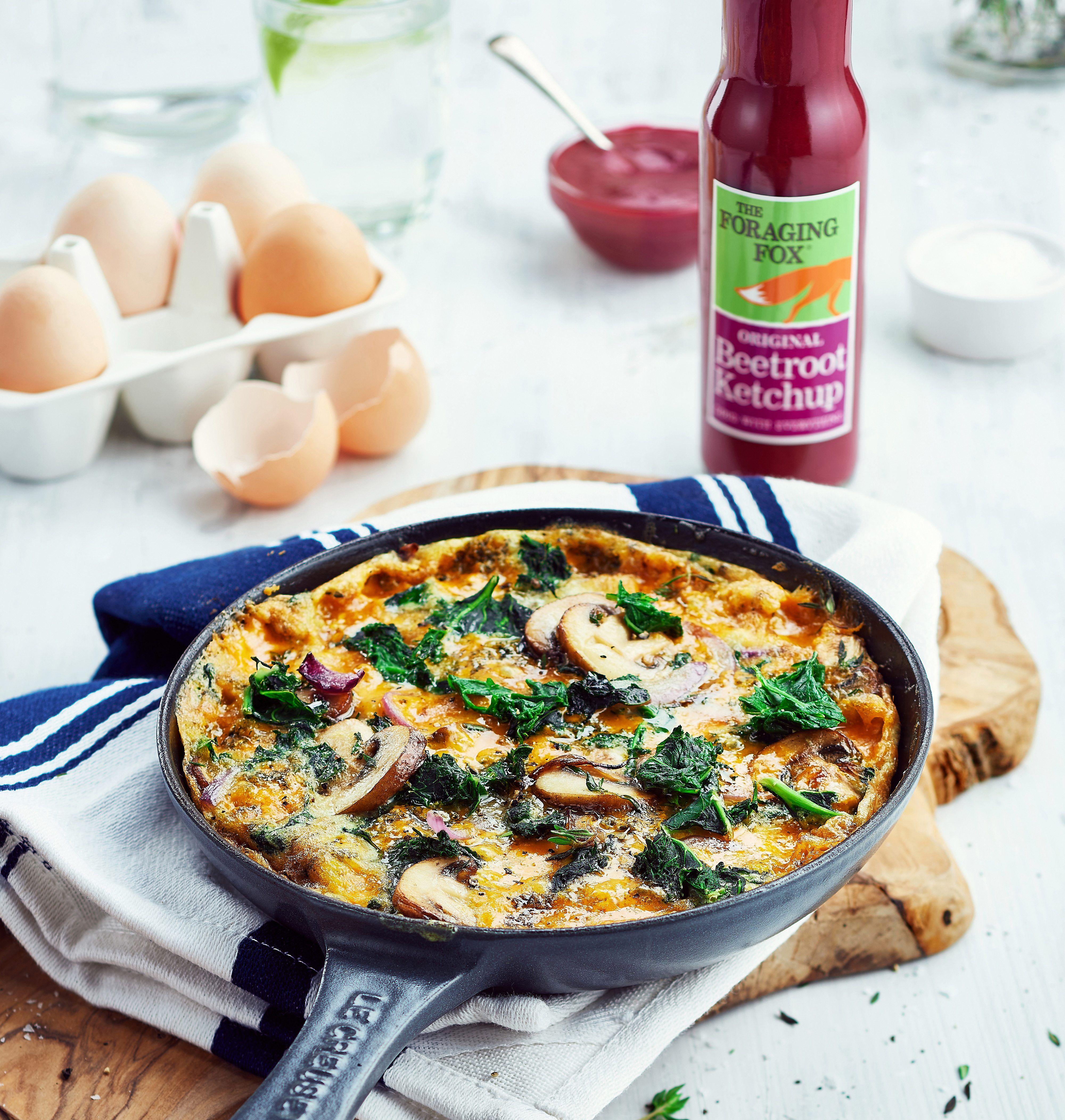 Die Frittata mit Pilzen und Salat schmeckt gekrönt mit dem Rote Bete Ketchup von Foraging Fox super lecker!