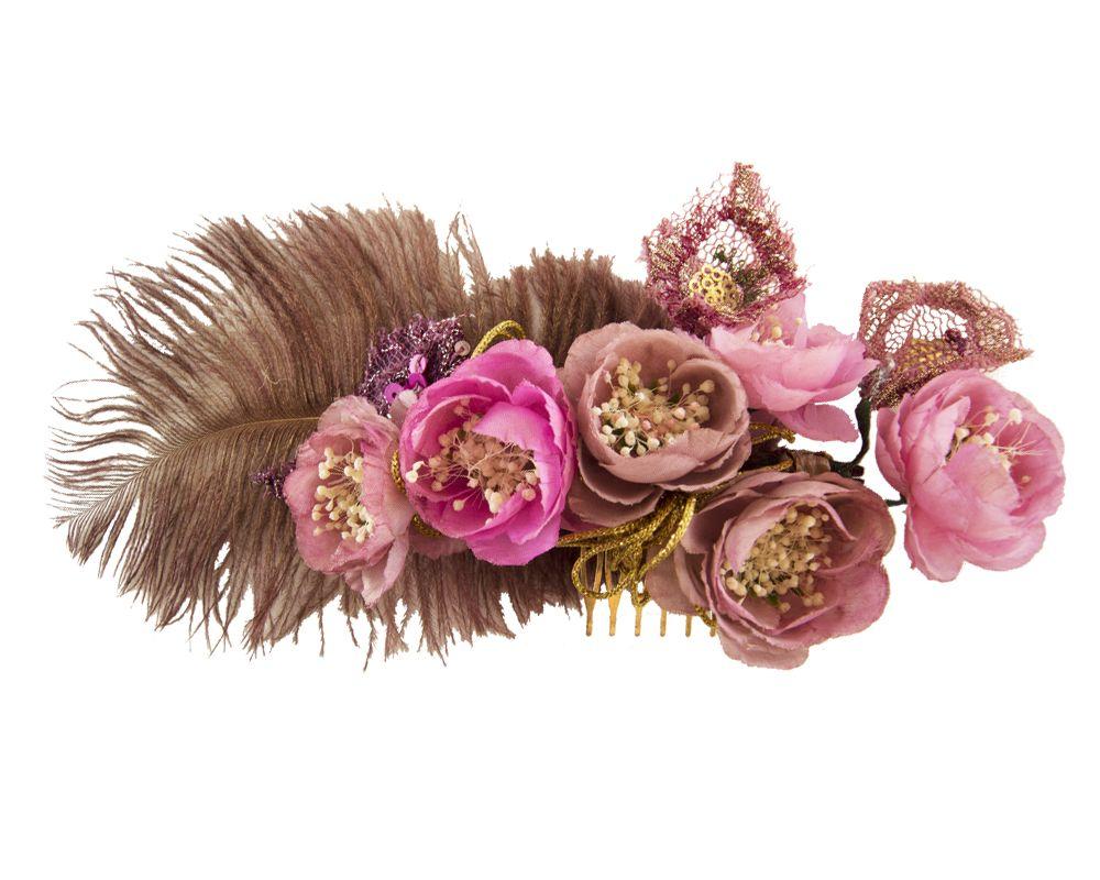 Tocado de flores de tela, plumas, bordados y elementos naturales