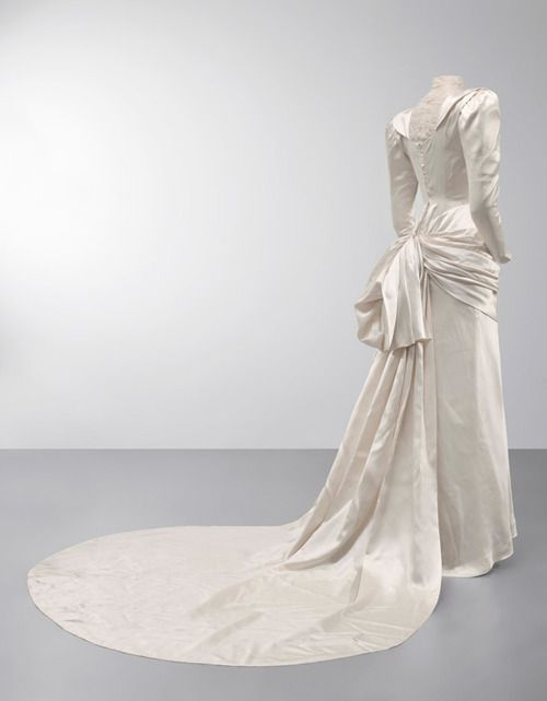 Balenciaga wedding dress, 1945 From the Cristobal Balenciaga Museum ...