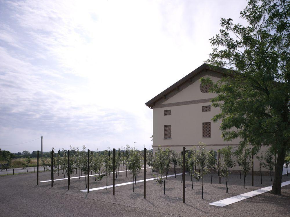 Situata all'interno del sito produttivo di Casalgrande Padana, la Old House è il risultato di un interessante progetto di riqualificazione dell'esistente realizzato da Kengo Kuma con la consueta sensibilità che contraddistingue il suo approccio ai temi della tradizione.