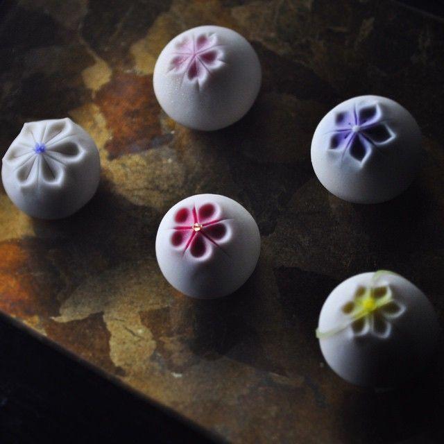 「玉華五種」#2 カッコつけたver. 丸って難しい(−_−;) 頑張って九種盛くらいまでは展開したいと思います(`_´)ゞ  #煉切 #和菓子