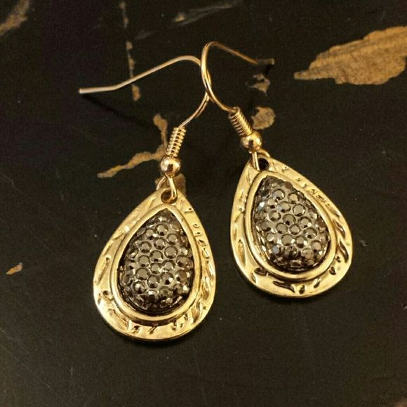 Earring with gold and a sparkling pewter! Pretty earrings. Definitely could dress these up. Never been worn they came as a set I'm just doing some spring cleaning. Jewelry Earrings