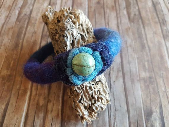 Bracciale di feltro per donna - bracciale di lana biologica - bracciale blu - regalo per donna dello stile Boho - regalo per amanti del blu by ClaudiaNanniFineArt #italiasmartteam #etsy