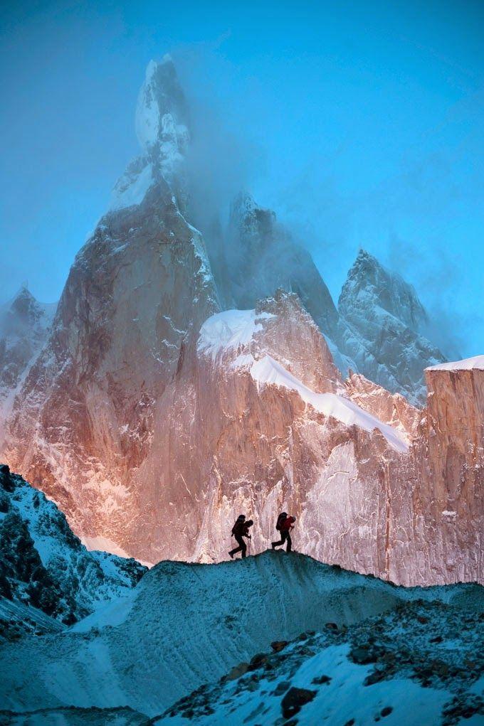 travelgurus: Photographie Totalement exceptionnelle du champs de glace de Patagonie australe David Lama en Patagonie de Corey Rich / Red Bull Photofiles Voyage gourous - Suivez pour plus de Photos Nature!