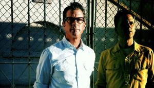 Calexico • Falling From The Sky • Novo Video «...primeira parte de uma história que terá a sua conclusão brevemente num vídeo para o novo single de Jose Gonzalez dentro de poucas semanas, Gonzalez que é aliás a estrela principal do pequeno filme para a banda de Tucson a par de um estranho alien...» #Calexico #FallingFromTheSly #EdgeOfTheSun #CitySlang #JoseGonzalez #MikelCeeKarlsson #NovoVideo #AlecPeterson #TrackerMagazine