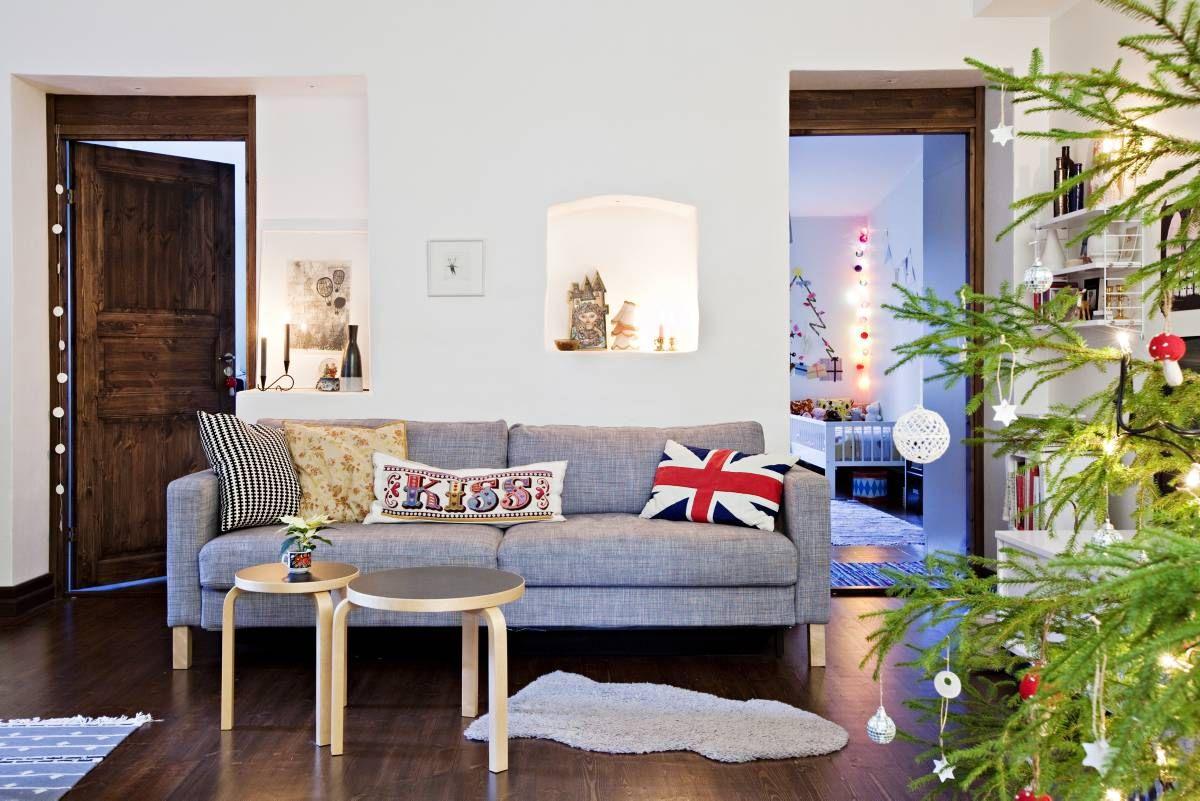 Karlstad-vuodesohva hankittiin Ikean löytö-pisteestä, josta se kannettiin kotiin yhden miehen voimin. Sohvalla vasemmalla on Ikean tyyny, kukkatyyny on Mokosta ja Kiss-tyyny on Emily Peacockin. Kiss-tyynyn materiaalit on tilattu netistä, lasten mummi kirjoi sen ristipistoilla.