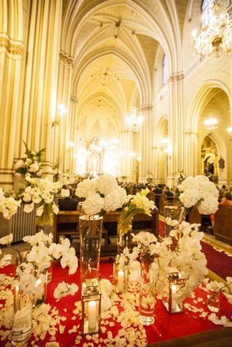 decoracin de bodas con flores entrada a la iglesia de san fermn decorada con flores