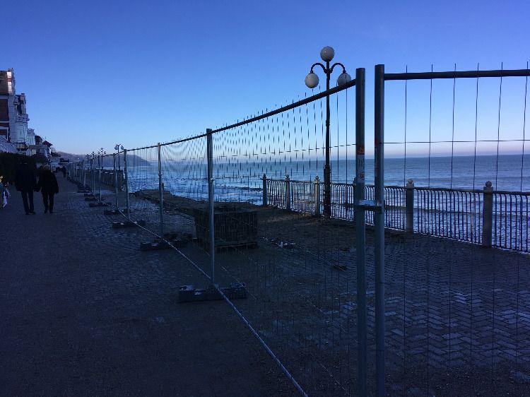 Забор вокруг разрушений на променаде