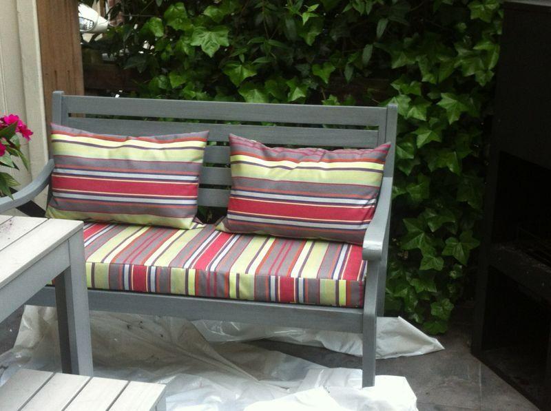 met kussens van outdoor stof Maury, vrolijkt dit grijze bankje op. http://www.kleurmeester.nl/webshop/stoffen/outdoor/outdoor-stof-maury-bis