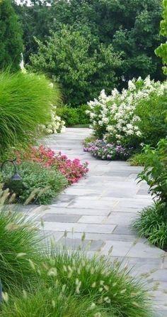 pavé carrossable gris en béton, faire une allée de jardin en pavés ...