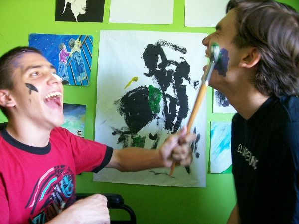 Hermanos echando bromas