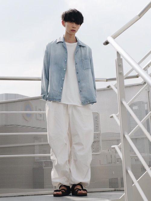 LIDnMのデニムシャツ。 淡いデニムは色物とも合いますが、あえて白とあわせることでバランスがいいコ