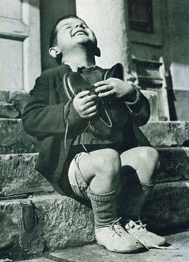 Garoto austríaco feliz ao ganhar novos sapatos na década de 1940.