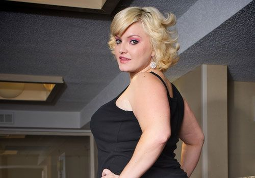 Blonde chubby woman