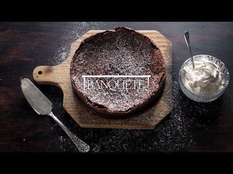 Banquete » Bolo de chocolate sem farinha com chantilly do porto
