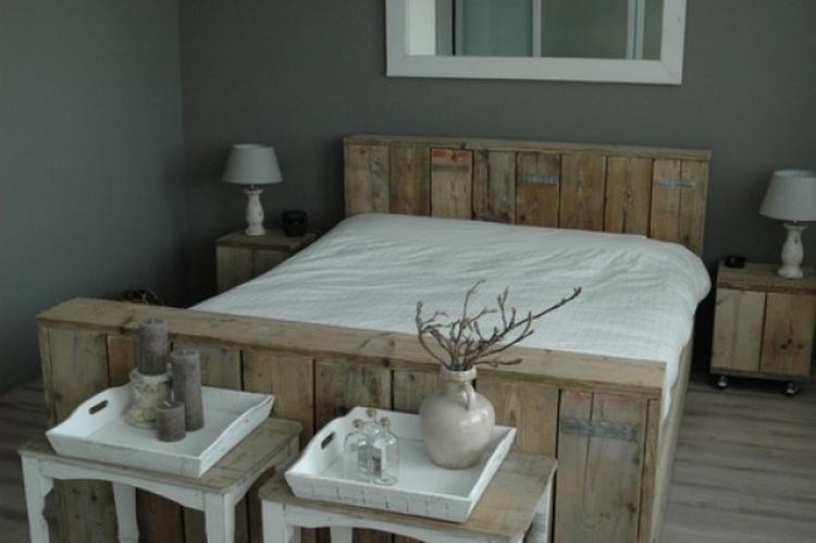 Steigerhout Muur Slaapkamer : Prachtige slaapkamer met combinatie steigerhouten bed en grijze