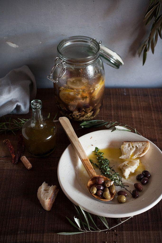 Azeitonas bem portuguesas- consumir as azeitonas diretamente do frasco, ou servi-las com um fio de azeite, alho picado e sementes de coentro esmagadas.