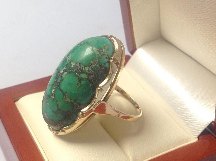 anillo de oro de los años 60 con piedra malaquita