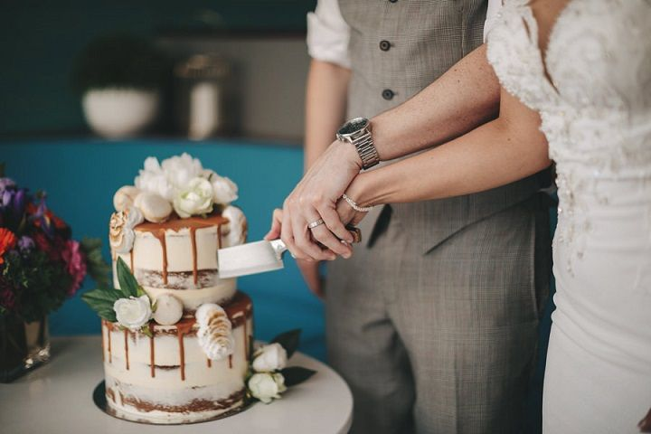 Rooftop wedding | summer wedding with pops of colour and prettiest wedding cake #weddingcake #rooftopwedding #summerwedding #weddinginspiration #quirkywedding
