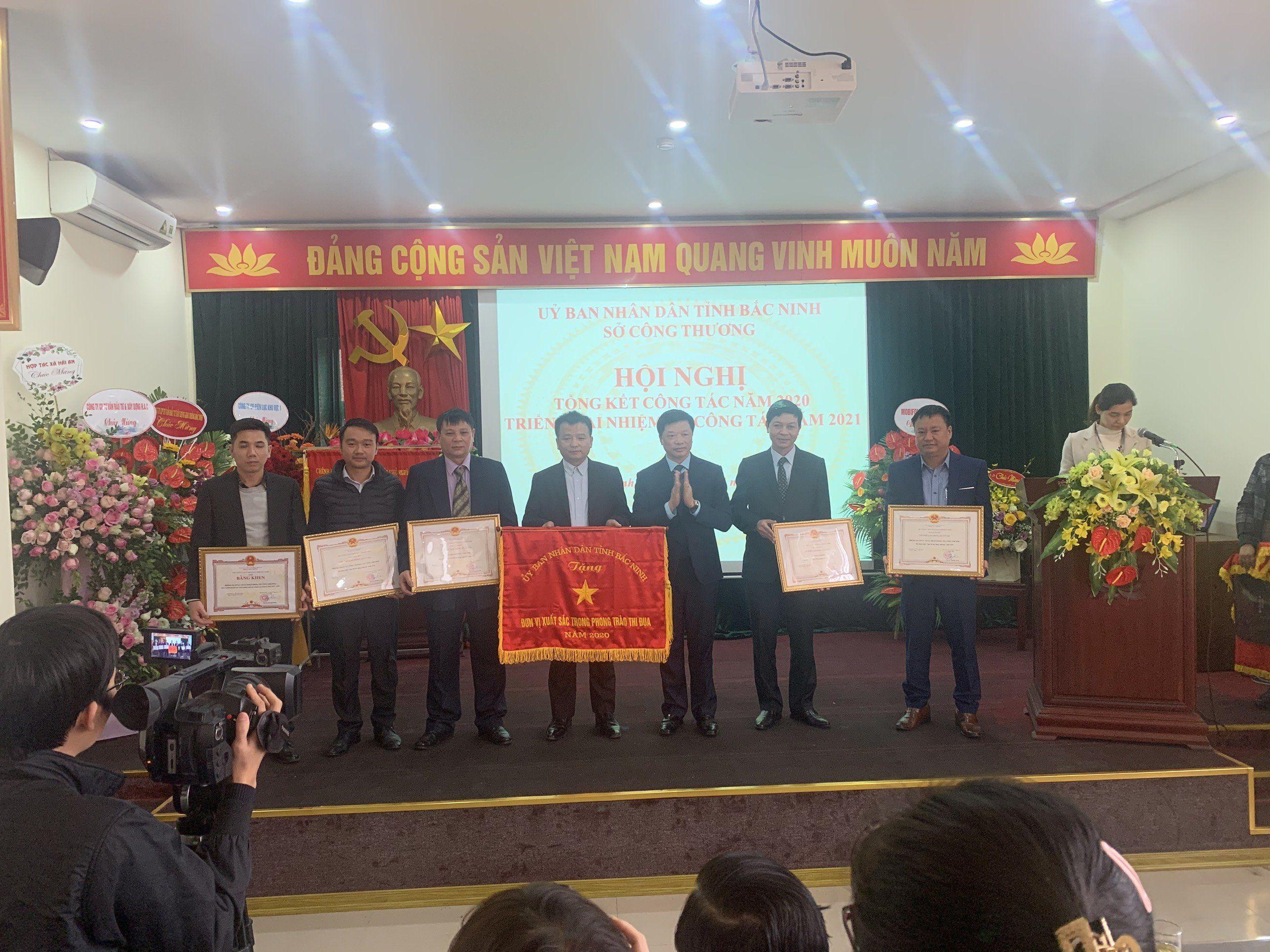 Đồng chí Đào Quang Khải - Phó Chủ tịch UBND tỉnh trao Cờ thi đua của UBND tỉnh Bắc Ninh cho Sở Công Thương