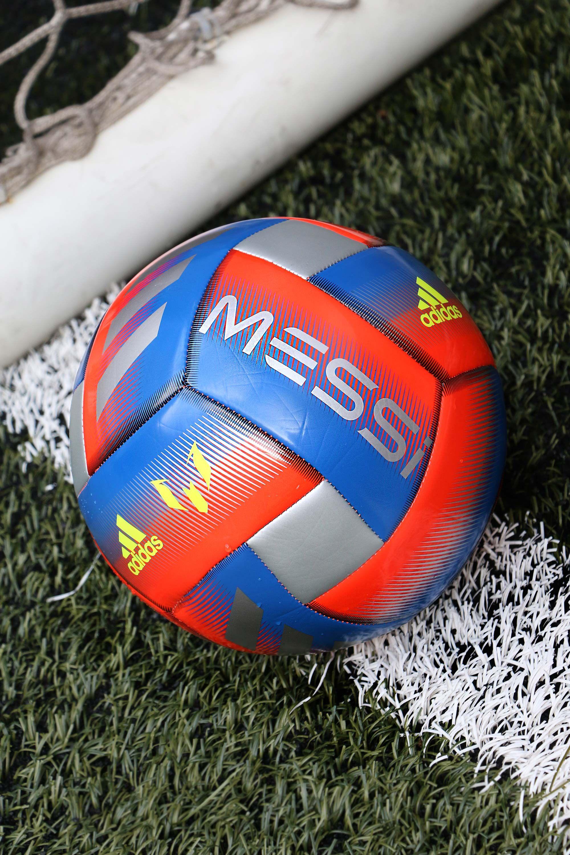 fd4c9d8a18371 Balón de fútbol adidas de Lionel Messi.  futbolmaniakids  messi  adidas