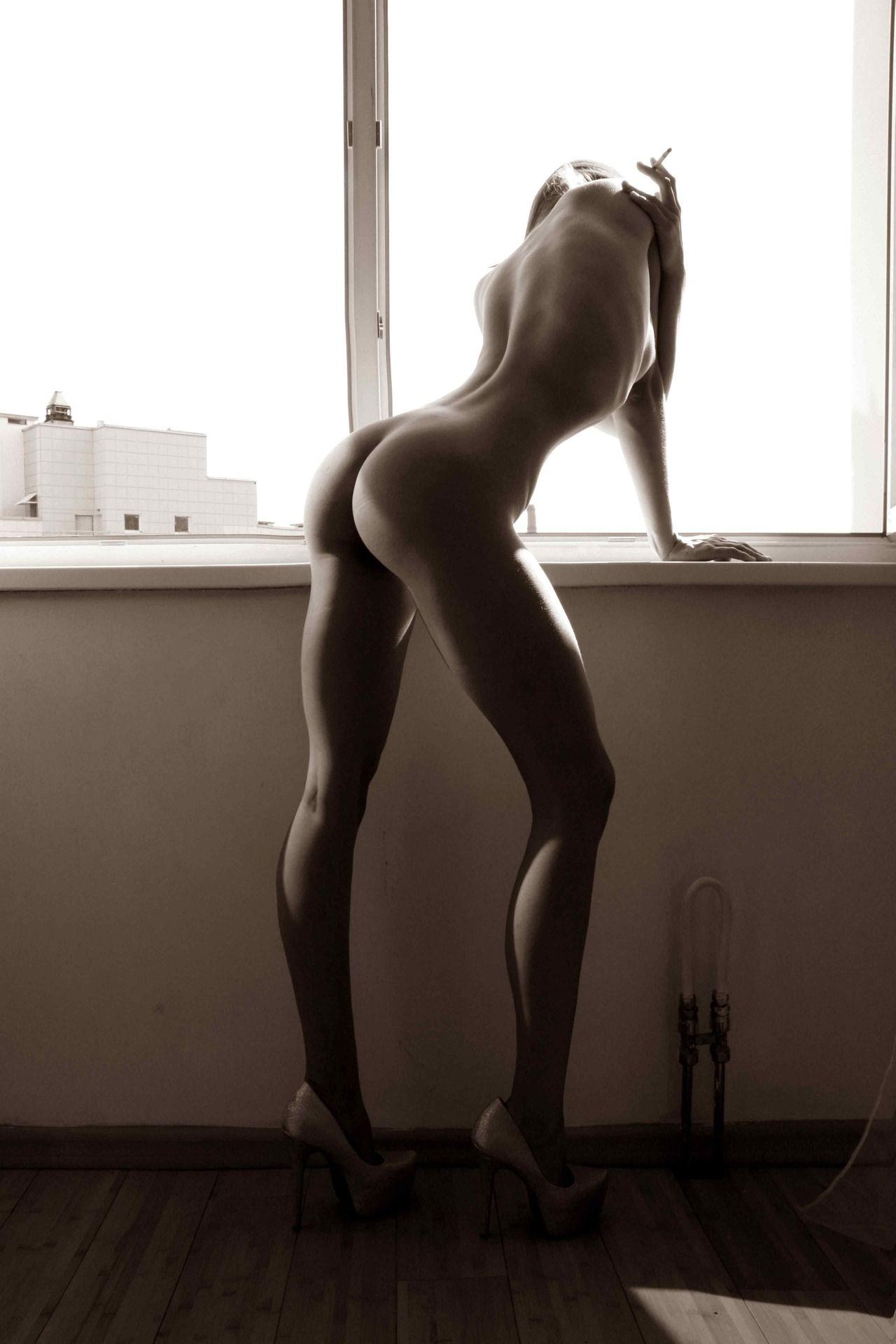 откровенные галереи фото женщина голая сгибает спину что