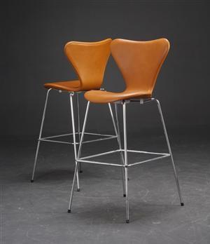 Arne Jacobsen 1902 - 1971. Par 'Syver' barstole i Cognacfarvet læder, model 3197 (2)