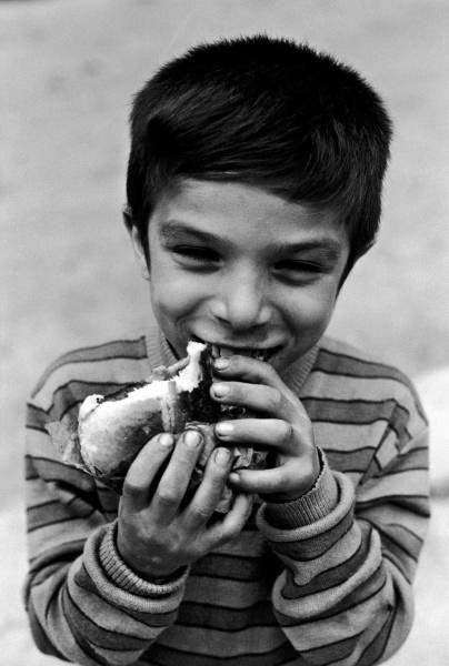 Ti mangio con gli occhi. (Scatto di Ferdinando Scianna)