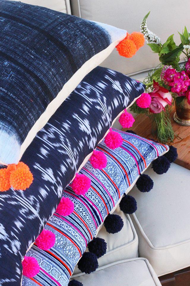 Diy c mo hacer originales cojines con pompones para tu sof pompones de lana pompones y lana - Cojines de lana ...