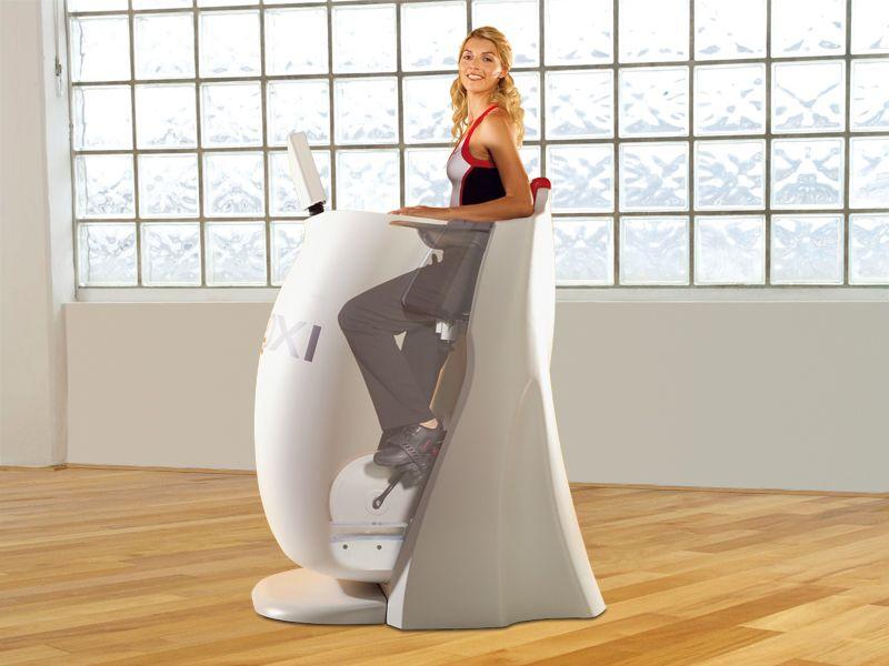HYPOXI® S120 combina efetivamente os três componetes do método HIPOXI®: A alternância entre alta e baixa pressão, que é controlada por computador,  e ocorre em uma câmara que chega a altura dos quadris, e o exercício de baixa intensidade, que é realizado em uma bicicleta ergométrica integrada. Isso coloca as áreas críticas - como pernas e glúteos - sob pressão, e facilita a atividade das veias eliminando a gordura de forma direcionada.
