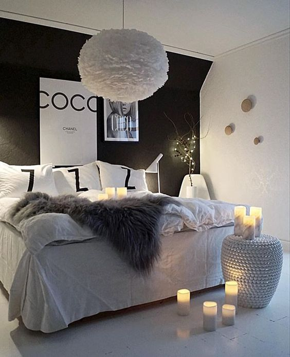 d co chic glam on craque pour la suspension eos en plumes qui all ge la forte pr sence de l. Black Bedroom Furniture Sets. Home Design Ideas