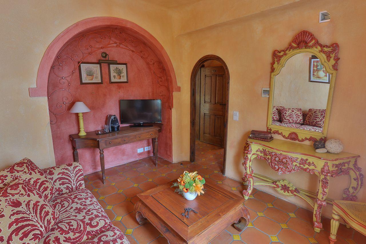 Le salon de cette Suite Junior est séparée par une porte en bois et verre travaillé.