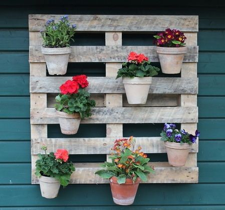 recycle old pallets into a stylish vertical garden wall tolle recycling idee ein vertikaler. Black Bedroom Furniture Sets. Home Design Ideas