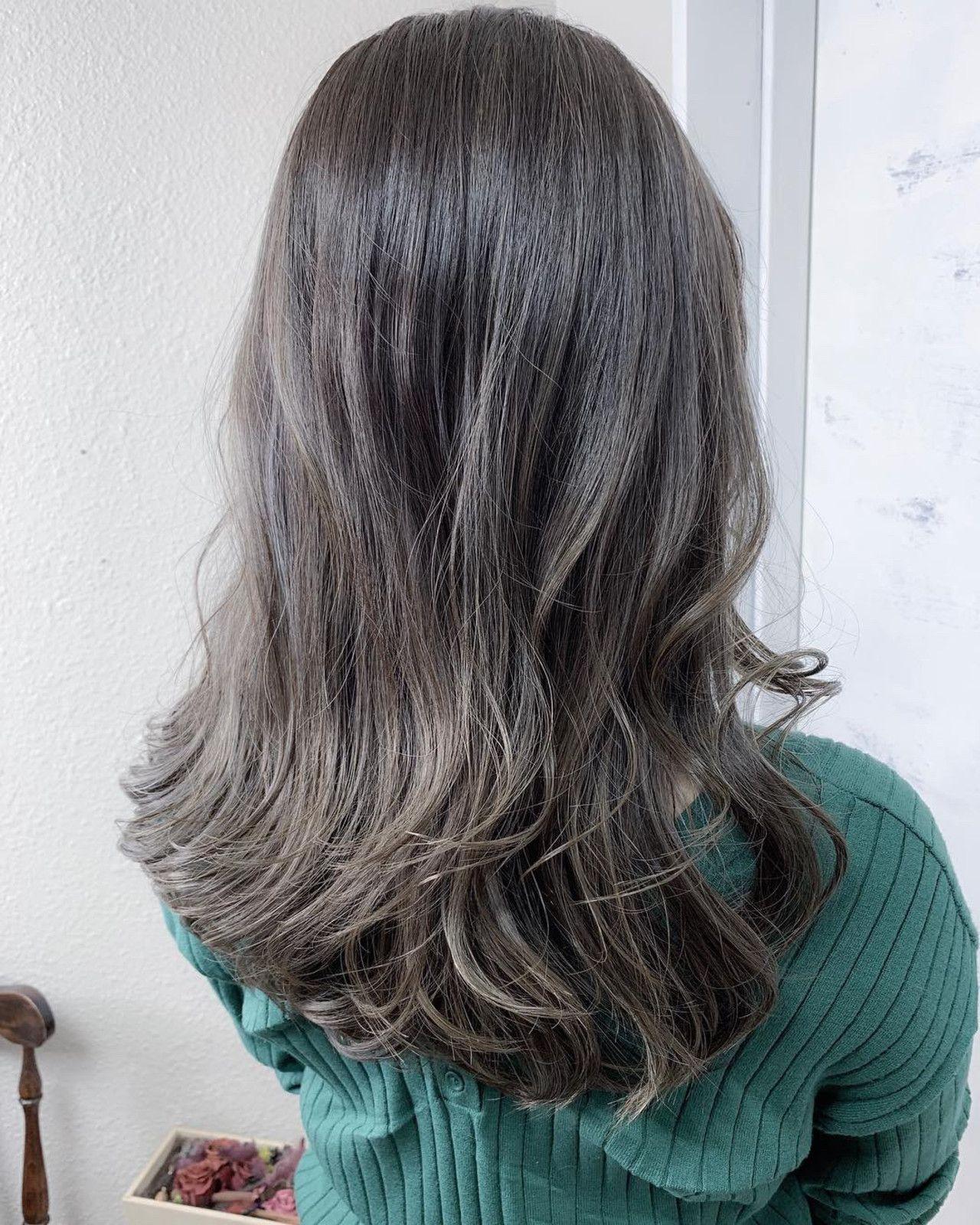 明るめ 暗めどっちも可愛い グレー系髪色で似合うコーデをご提案
