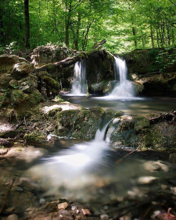 Čarovné Hájske vodopády nazývané aj Vodopády Hlboký jarok v regióne #gemer na východe Slovenska  nachádzajú sa v Hájskej doline (krasovej tiesňave) ktorá od seba oddeľuje dve najvýchodnejšie planiny Slovenského krasu a to Zádielskú a Jasovskú  #praveslovenske od  @fotodruh  ---- #turistika #vychodneslovensko #slovenskykras #regiongemer #narodnypark #les #hajskevodopady #dolina #turistikanaslovensku #turistavovlastnejkrajine #turista #slovensko #slovenskojekrasne #vodopady #potom #rieka #mysmeles