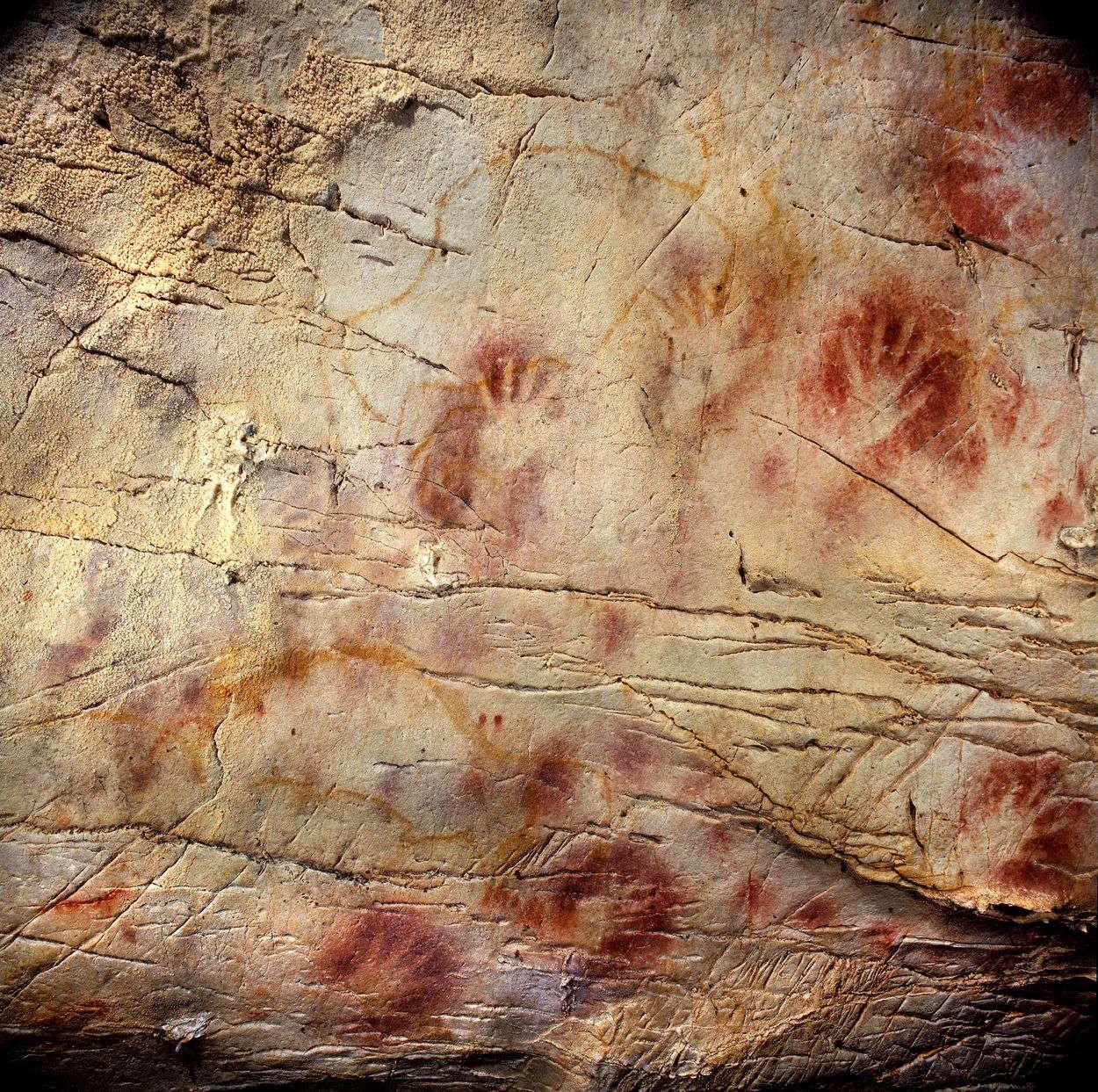 Panel de las manos, en la cueva de El Castillo (Cantabria). Una de las  siluetas de una mano tiene al … | Cave paintings, Prehistoric cave  paintings, Prehistoric art