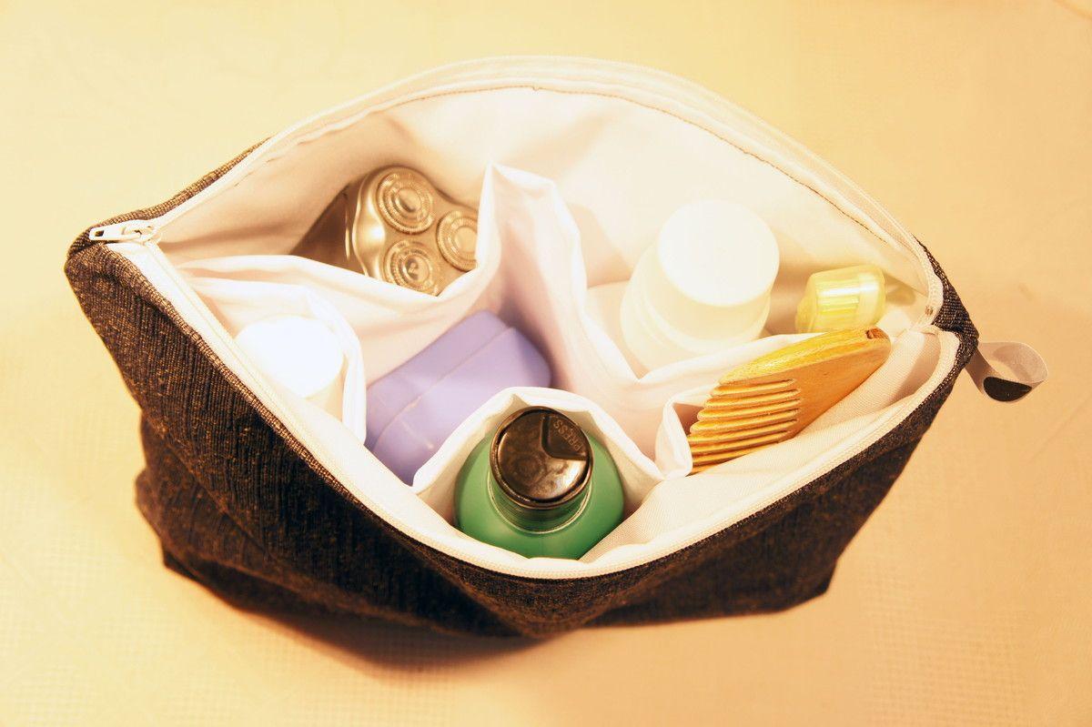 DESCRIÇÃO: Necessaire organizadora em sarja e forro em algodão, possui 5 bolsos internos para organizar produtos e ziper para o fechamento.    UTILIDADE: Ideal para homens que gostam de organização e praticidade com sobriedade.  Para os que viajam, os produtos de higiene pessoal ,como escova e pa...