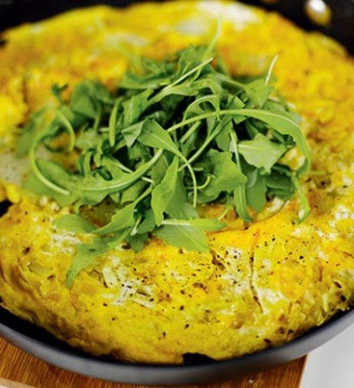 2 paistinpannun kokoista munakasta 8 keitettyä, keskikokoista perunaa2 sipulia2 valkosipulinkynttä8 munaasuolaa, mustapippuriapaistamiseen...