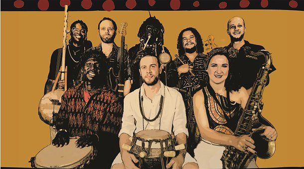 """HÖRÖYA - palavra de origem Mandeng que significa """"liberdade"""", """"autonomia"""". O grupo de São Paulo é formado por brasileiros, senegaleses e guineanos, aproximando  diferentes culturas e reforçando o diálogo cultural entre o Brasil e o continente africano. A força da música do HÖRÖYA vem do peso dos instrumentos de percussão de diferentes  culturas como sabar, atabaque, djembe, cuíca e dununs."""