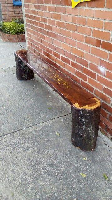 Banca de madera hecha con troncos por MARCOS CASTRO