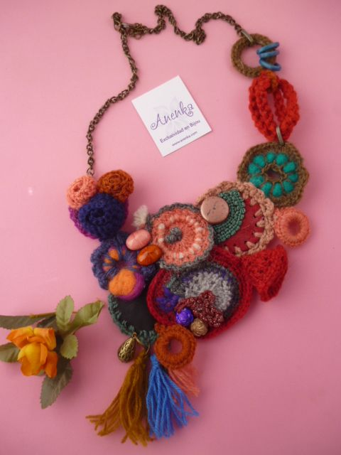 Precioso collar babero al crochet, con flecos, arandelas, cordones ...