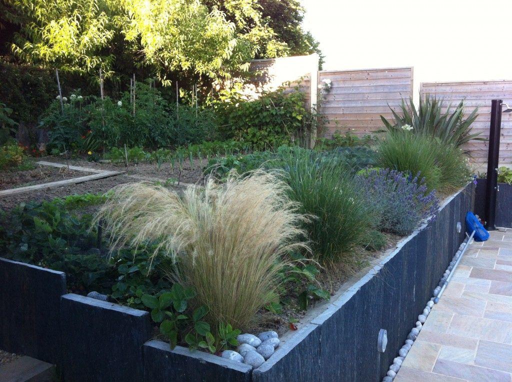 Jardin potager et graminées, retenue de terre en palis dardoise ...