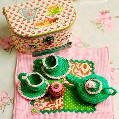 Crochet tea set. love! @Natalie Cowell for @Liz Mantierrez