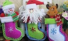 Botas de fieltro con muñecos navideños