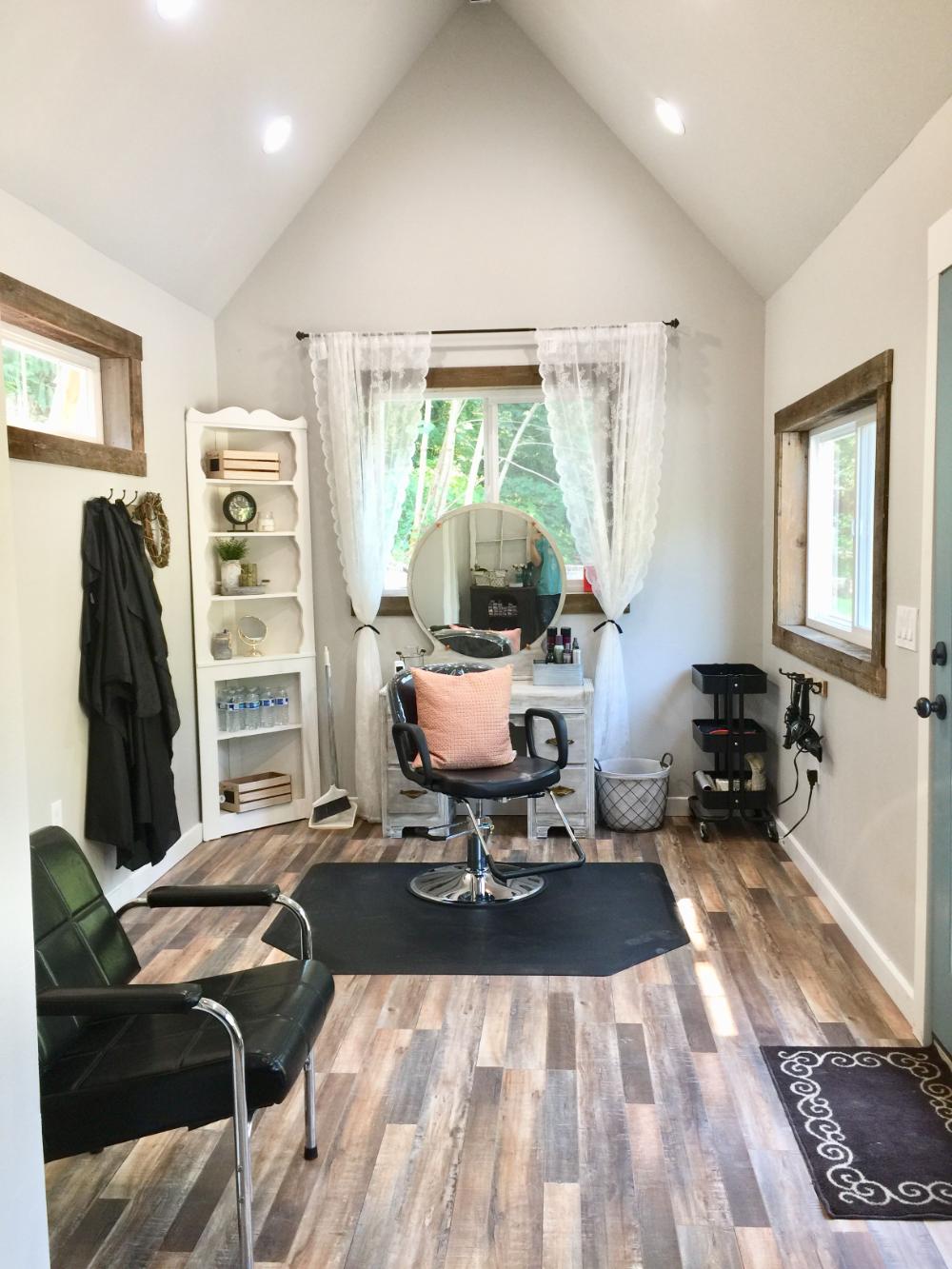 beauty salon in garden shed en 17  Diseño de salón de belleza