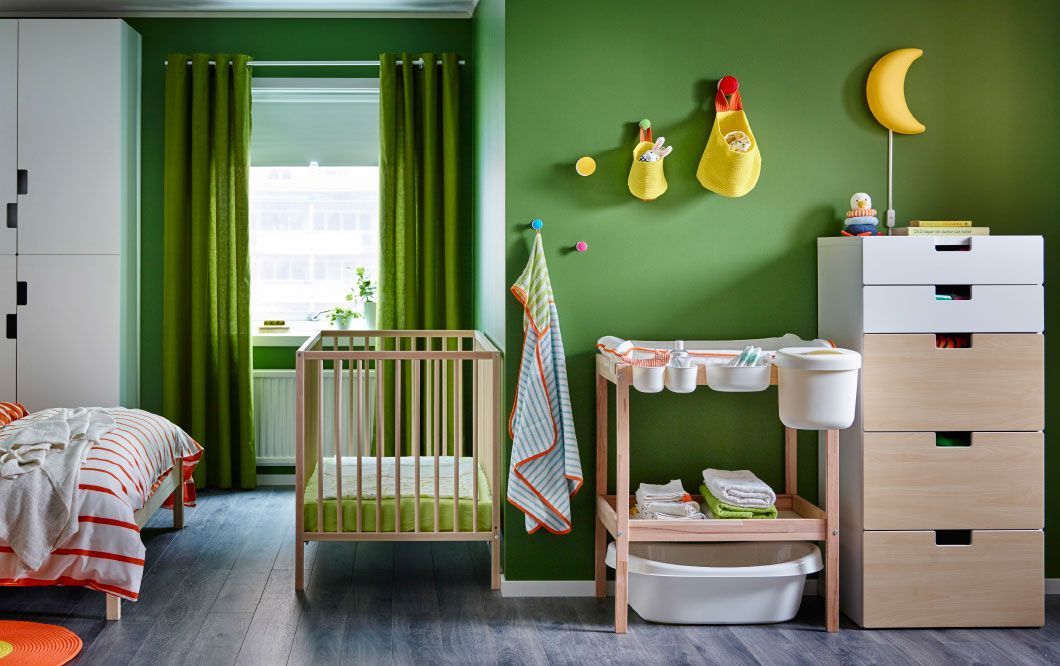 Witte Commode Slaapkamer : Slaapkamer met babybed en commode in beuken en ladekast in wit