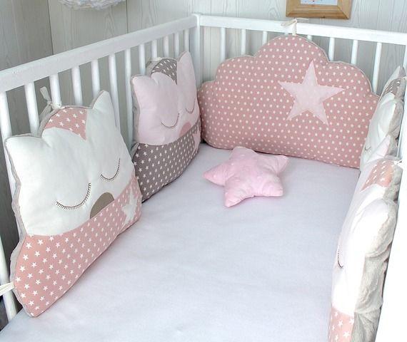 Tour de lit bébé fille, nuage et chats, 5 coussins, ton rosé et